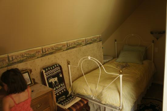 Le Petit Chateau: Small bedroom of the Suite