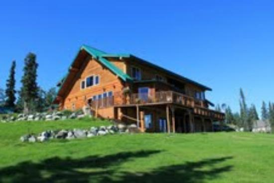Crooked Creek Retreat & Outfitters : The lodge from the horseshoe pits
