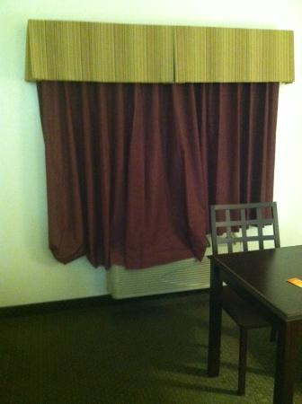 Howard Johnson Lubbock TX: Torn hem on curtains