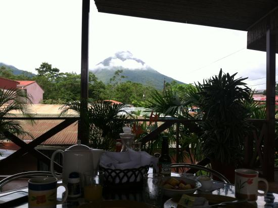 La Fortuna Suites : View of the volcano during breakfast