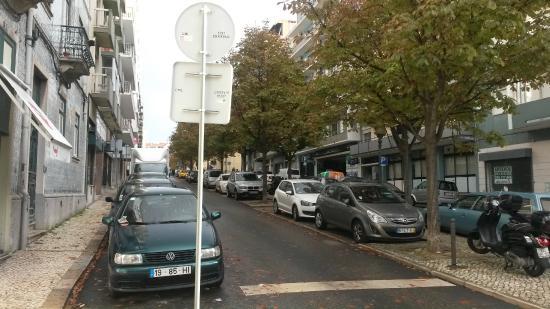 Hans Brinker Hostel Lisbon: Foto da rua onde está localizado o Hostel.