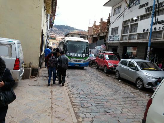 Hotel Calicanto Inn's: Rua em frente
