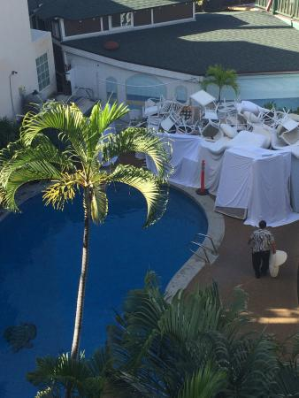 Polynesian Plaza : Check out the crap piled by the pool