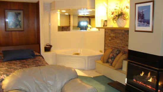 Voyageur Lakewalk Inn: Penthouse suite jacuzzi
