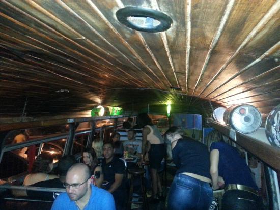 vista de dentro do  u00f4nibus do bar  existem mesas dentro