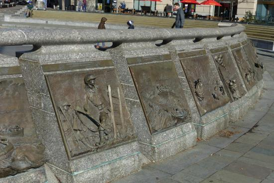 United States Navy Memorial and Naval Heritage Center: Reliefs at the US Navy Memorial
