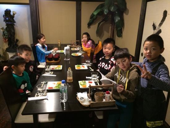 Daikokuya: みんなで楽しく夕食を頂いてます。