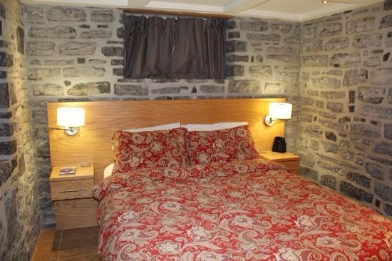 Auberge Aux Deux Lions : stone walls really set the tone!
