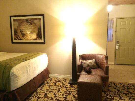 Sycuan Golf Resort: Occasional chair and ottoman in room.