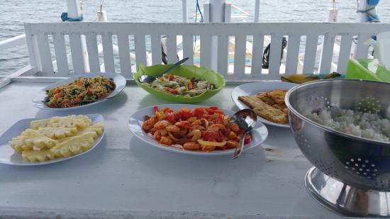 Bajo Komodo Eco Lodge: Lunch prepared onboard trip to Komodo Island