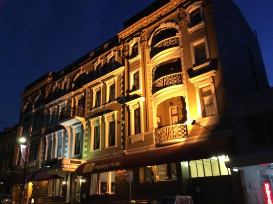 Hadley's Orient Hotel: The beautiful facade lit up at night