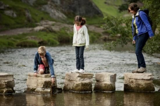 Эшборн, UK: Stepping Stones across the river Dove