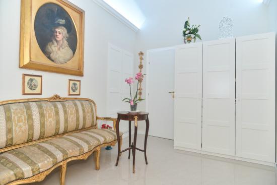 Ingresso moderno arredato con mobili d 39 epoca foto di - Mobili ingresso roma ...