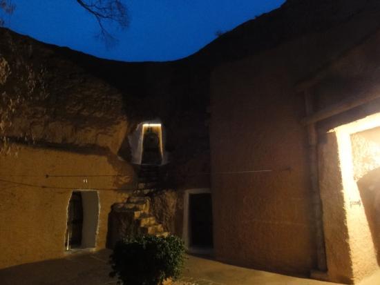 Hotel Marhala: 夜のホテル