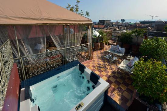 Jacuzzi, vue sur Marrakech et solarium du Riad Dar Khmissa Marrakech