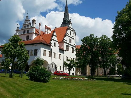 Town Hall: Ратуша Левочи. Перед нею - Позорная клетка