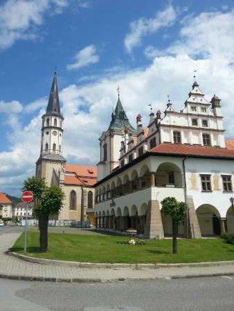 Town Hall : Ратуша Левочи. На заднем плане - Костел св.Якуба