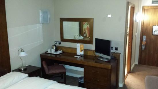 Maldron Hotel Tallaght: Small television & table with kettle.