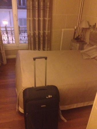 Hotel du Chateau: Lit confortable et oreillers supplémentaires à disposition dans un placard