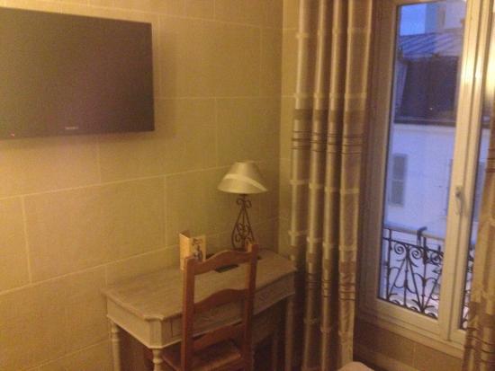Hotel du Chateau: Télévision murale et petit bureau pour y déposer un ordinateur portable