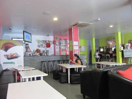 HelloBCN Hostel: Área comum e cozinha