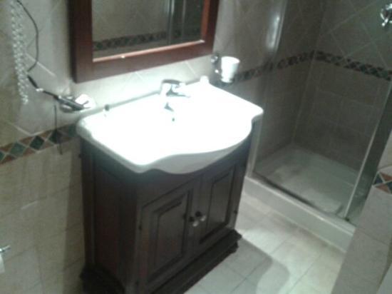 Nuovo Hotel Quattro Fontane: El baño esta bastante bien