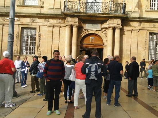 L' Hotel de Ville : El Escudo real situado sobre la puerta principal esta hecho con molde de Pierre Puget.