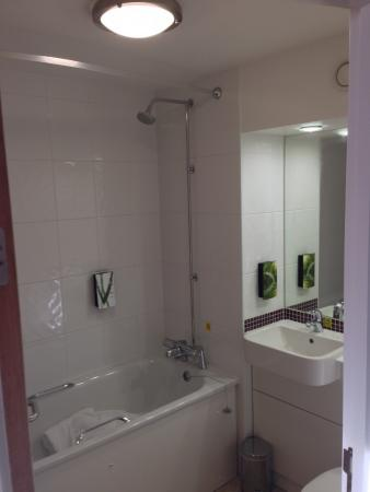 Premier Inn London Euston Hotel: Bathroom, clean tidy, everything you need to hand!