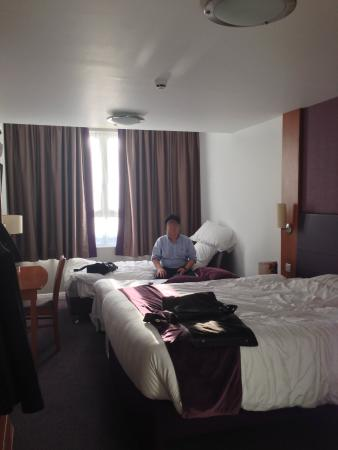 Premier Inn London Euston Hotel: exucse the mess, thast us, room was spotless and Quiet!
