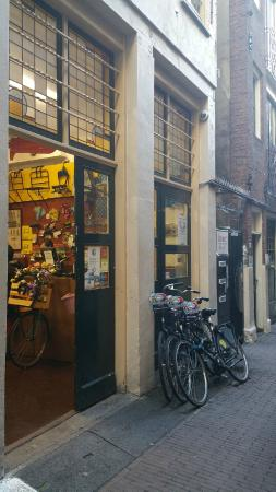 Old City Amsterdam Bed & Breakfast: Exterior of bike rental shop (check in here)