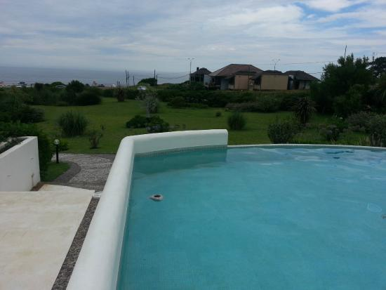 Posada de los Pajaros: vista de la piscina hacia el mar