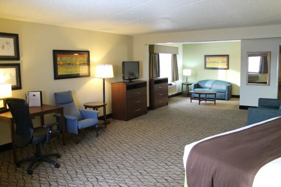 AmericInn Hotel & Suites Sheboygan: TV & sitting area