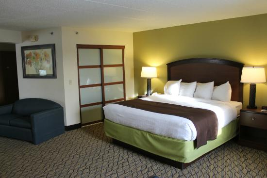 AmericInn Hotel & Suites Sheboygan: New bed & doors to walk-in closet