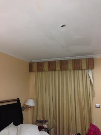 Bakhos Suites Hotel : el hueco en el techo causado por una gotera.