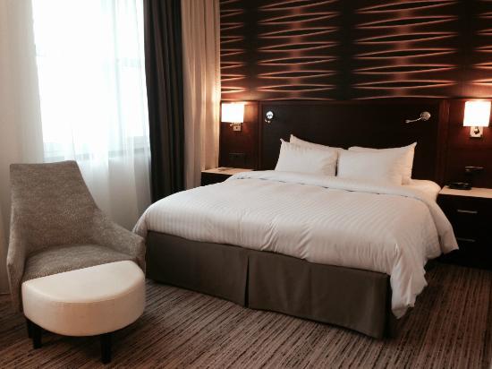 sehr gut gestylte zimmer mit hervorragenedem bett bild von marriott k ln k ln tripadvisor. Black Bedroom Furniture Sets. Home Design Ideas