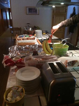 Starlight, بنسيلفانيا: Hosts preparing the breakfast spread