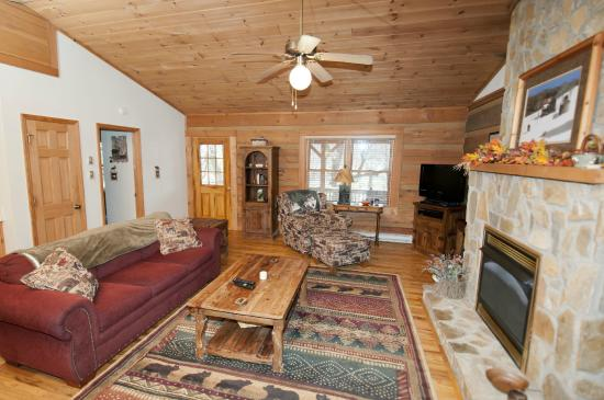 Mountainaire Inn and Log Cabins: Bear Cub Living Room