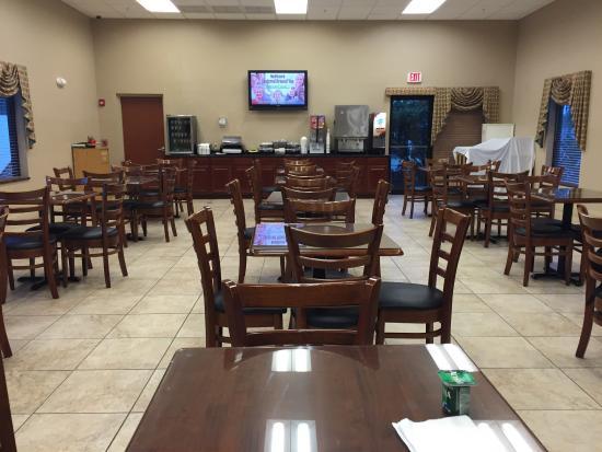 Days Inn & Suites Lakeland : Free breakfast. Huge dining room.