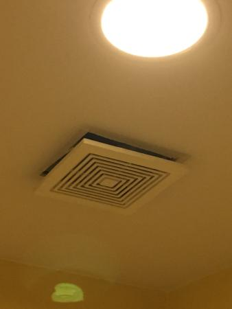 Americas Best Value Inn - Bedford / DFW Airport: Air fan about to fall on your head in shower