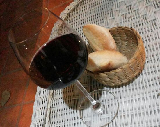 Tell Steak House: Bread and wine