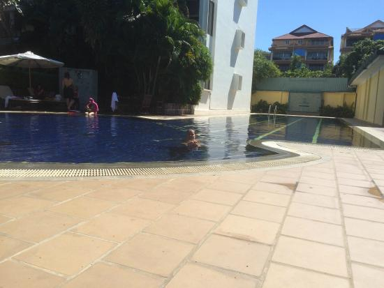 Embassy Place Apartments: Pool