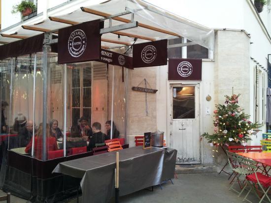 L'Estaminet : tavolini all'aperto accostati al Marchè des enfants rouges