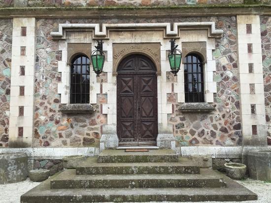 Chateau de la Napoule / Musee Henry-Clews: FRONTON DU PORTAIL