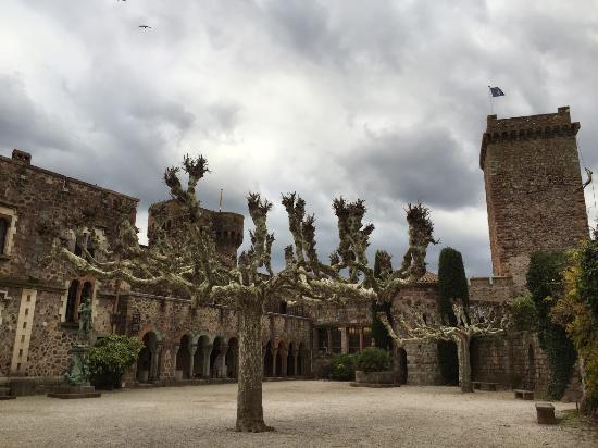 Chateau de la Napoule / Musee Henry-Clews: COUR