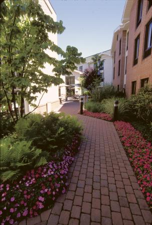 Hampton Inn & Suites Fairfield: Outdoor patio walkway