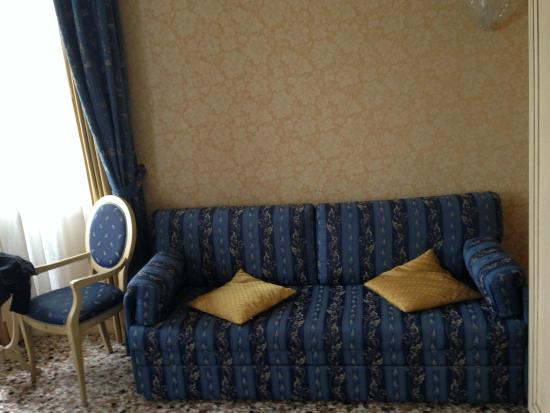 Hotel Ca' Formenta: Ratty couch I wouldn't sit on
