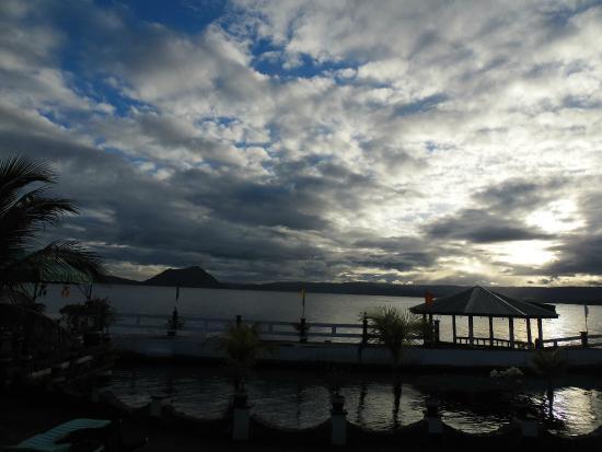 San Roque Beach Resort: Gelände / Badestelle mit Blick auf den Vulkan