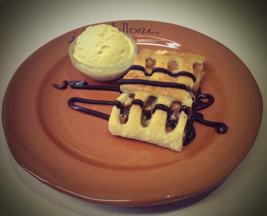 i Vitelloni : Strudel di mele e gelato alla vaniglia
