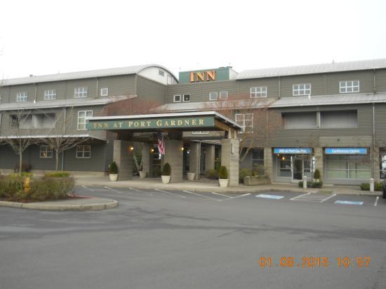 Inn At Port Gardner: Front view of hotel.