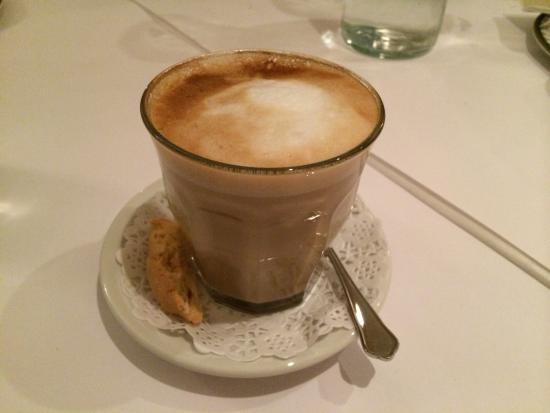La Trattoria Del Bosco: Sidder og laver anmeldelse mens jeg nyder en latte ����